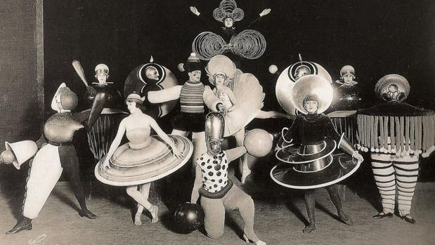 BAUHAUS-TEACHERS-AND-STUDENTS-HAVING-FUN-AT-THE-BEST-DESIGN-SCHOOL-EVER